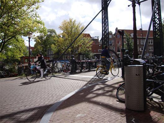 Amsterdams förhållande till cykling går långt tillbaka och även fast det  verkar som att staden hade några mörka år under 60-talet då vissa  historiska ... f6d8fd90e378b